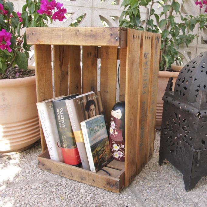 mesas con cajas de fruta antiguas